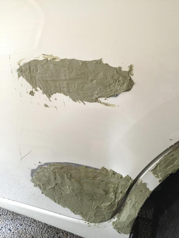 車の深いひっかき傷に1回目のパテを塗った後