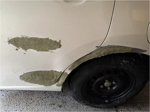 車の深いひっかき傷とえぐれた傷に1回目のパテを塗る