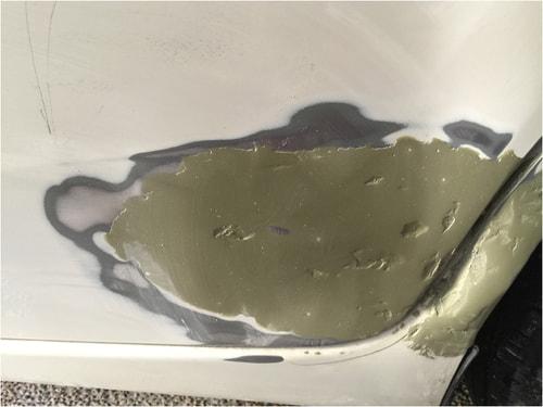 車の深くえぐれた傷に塗ったパテは乾いてクレーターのようになった