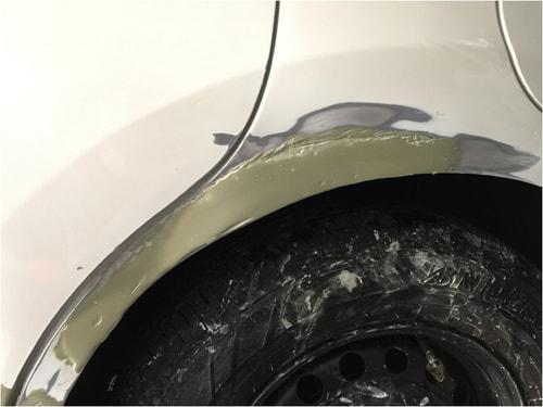 車の深くえぐれたリアフェンダーの傷に塗ったパテは乾いてクレーターのようになった