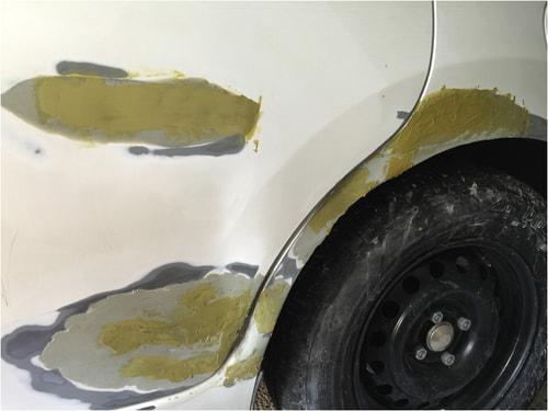 2回目のパテを車の傷周りに塗る