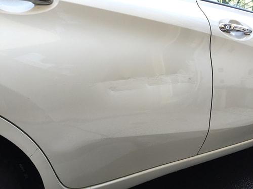 車の反対側のひっかき傷