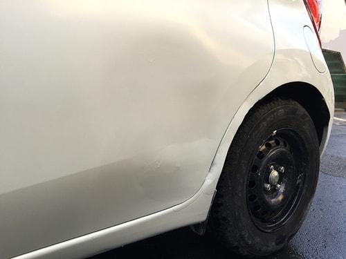 修理後の車の深いひっかき傷とえぐれた傷