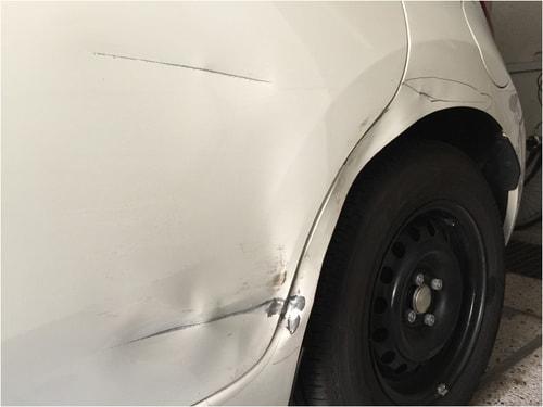 修理前の車の深いひっかき傷とえぐれた傷