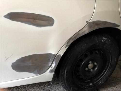 車の深いひっかき傷とえぐれた傷の塗装をサンドペーパーで剥がした