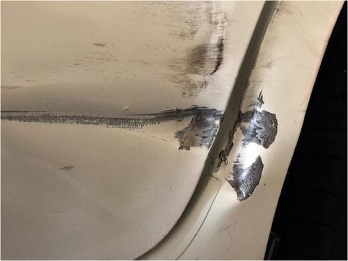 車の深いえぐれた傷が錆びをとった後