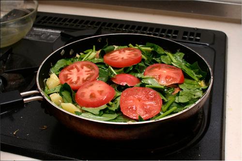 スパニッシュオムレツにトマトを置く
