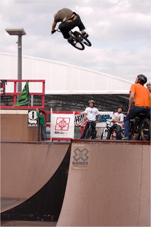 BMXでヒップをぶっ飛ぶ