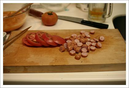 トマトとソーセージを切る