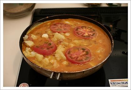 卵を流し込み、トマトを乗せる